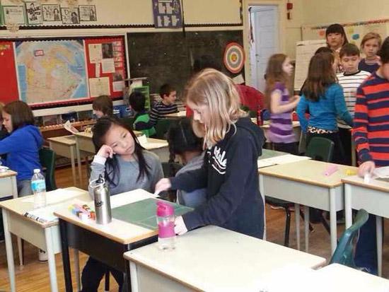 中國小學生在課堂上同加大同學共同學習與交流