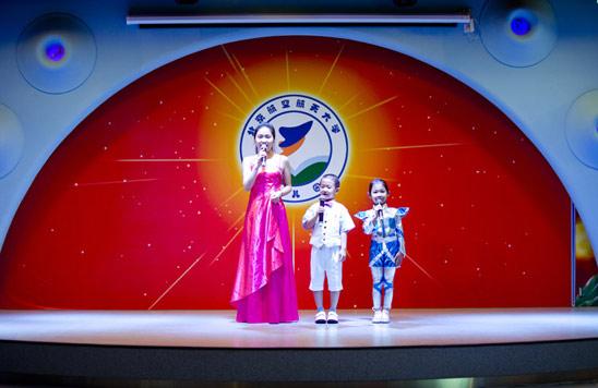 北航幼儿园60华诞,师生一起主持园庆晚会 人民网北京6月1日电(欧兴荣)在北航校园深处,有一栋布满大型壁画如艺术品般的庞大建筑,粉色基调的秀丽外观,错落有致的连体建筑,成为大北航别具风格的组成部分,这就是北京市示范幼儿园北航幼儿园,5月30日刚刚迎来了六十华诞。 创建于1954年的北航幼儿园,拥有浓厚的历史和文化底蕴,园区面积10000平方米,共开设25个教学班,收托幼儿800余名,现任教职工120余名,规模堪称幼儿园中的航母。该园遵循崇尚师德、踏实勤奋、传承文化、求真拓新的办园理念、传承北