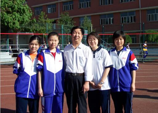 邢军老师和同学们在一起