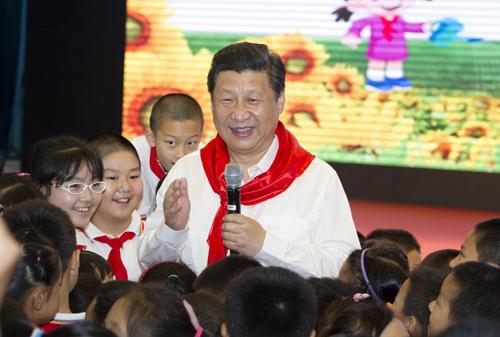 图为2014年5月30日,习近平总书记在海淀区民族小学参加队日活动。