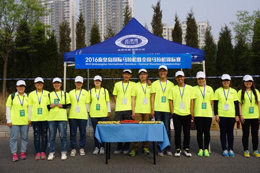 河北科技师范学院:志愿者助力秦皇岛国际马拉松--教育