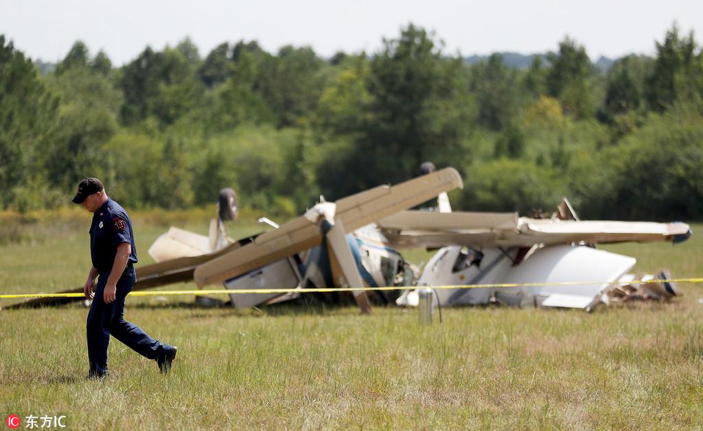 美国两架小飞机空中相撞坠毁