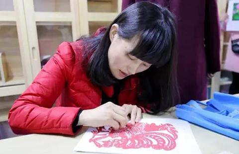 教育 中小学    几个手工编织的老师,或用钩针钩出桌布,或用彩线织出
