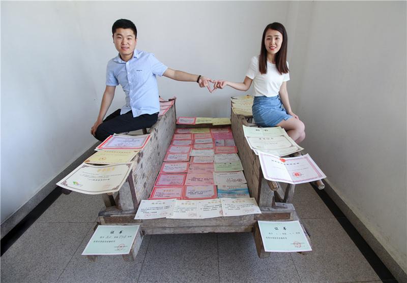 学霸情侣晒137张证书秀恩爱 约定毕业不分手