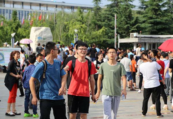 高考新闻挥手作别高中时代2017高考落下帷幕。来自全国940万考生们步出考场,完成了人生中第一次大考。