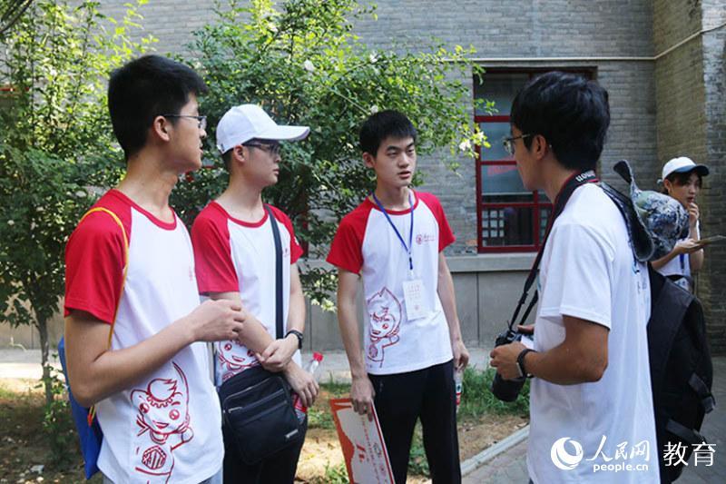 采访西安交通大学博物馆讲解员(北京林业大学 孙晓宁摄)-感受文化