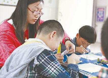 南京市于家巷幼儿园教师教残障儿童画画。(资料图片) 五星红旗迎风飘扬,胜利歌声多么响亮,歌唱我们亲爱的祖国,从今走向繁荣富强中秋节傍晚,外来务工人员、安徽人李建明的家中,一家5口人排排而坐,听6岁的小女儿月月唱老师新教的歌。其乐融融的氛围,衬起红红火火的日子。
