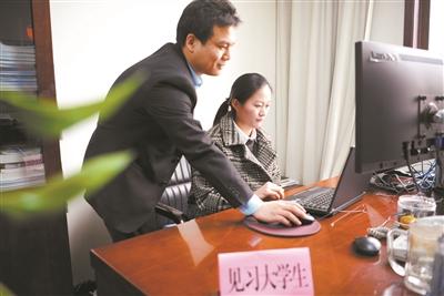 陕西百余大学生寒假进省政府见习