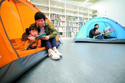 一个趣味十足的创意:把帐篷搬到图书馆