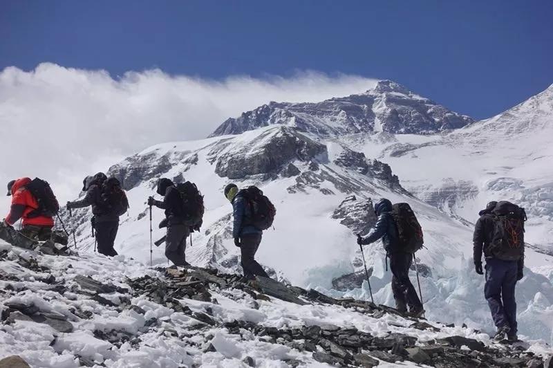 北大登山队登顶世界第一高峰 最年长队员55岁