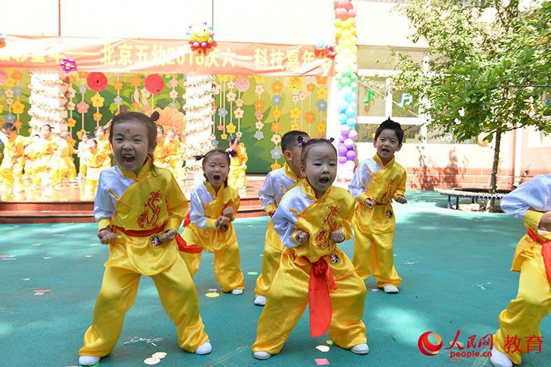 """六一国际儿童节来临之际,北京市第五幼儿园以""""启迪梦想、炫彩童年""""为主题,举行亲子科技嘉年华活动。--熊旭 摄"""