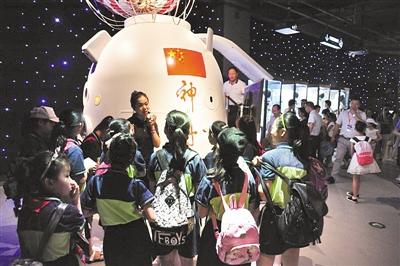 科普基地里与深空互动 开启孩子科学梦