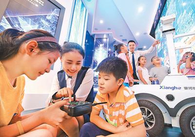 河北香河县城内第一小学的学生在机器人展览馆学习