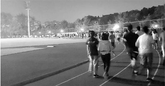 操场摩肩接踵浙大体育课改:每学期学生需跑超百公里