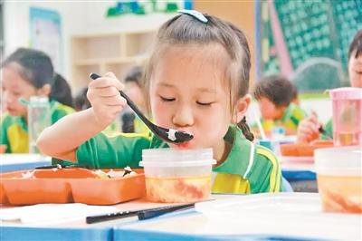 """让学生吃上""""有温度""""的午餐"""