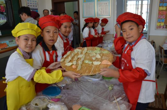 沙河口小学生制作水饺