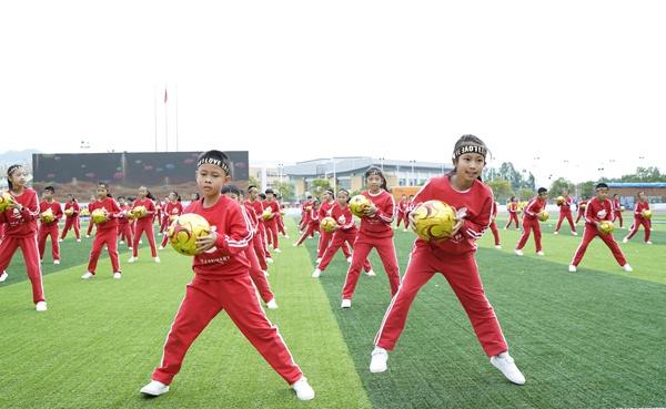 体验赛场竞技 享受足球比赛带来的乐趣