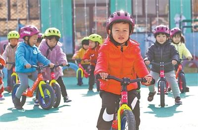 河北秦皇岛幼儿园新增滑步车练习