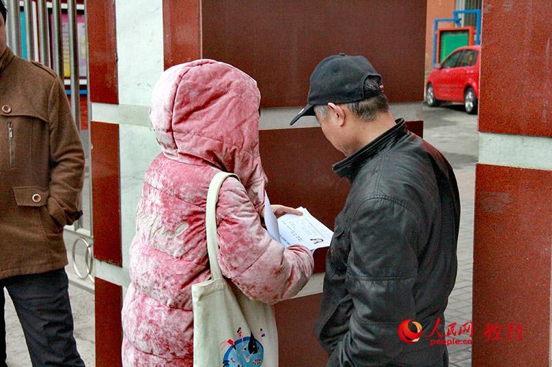 考场工作人员检查考生证件。陈艺娴/摄。