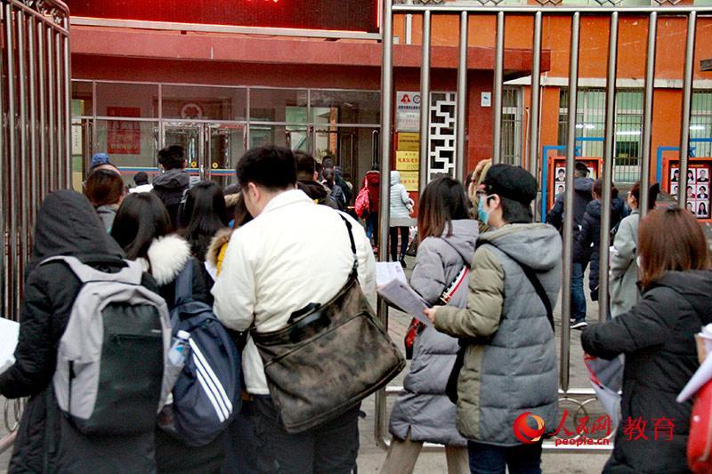 北京市呼家楼中学考点考生入场。陈艺娴/摄。