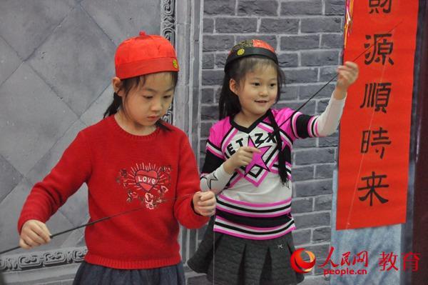 两个小女孩在放风筝。郭凯奇/摄。