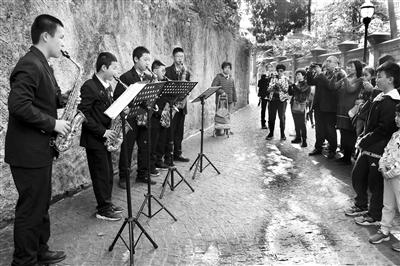 厦门音乐学校学生寒假走上鼓浪屿街头 开展现场演奏