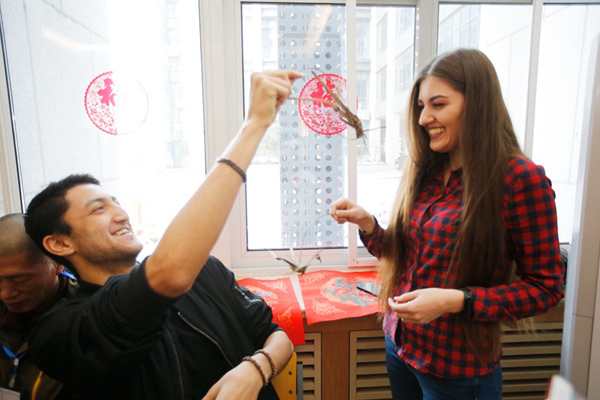 留学生体验非遗民俗文化 共度欢乐中国年