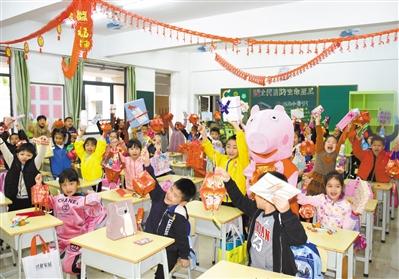 """东莞多所学校以花样活动迎接开学老师扮""""佩奇""""派红包"""