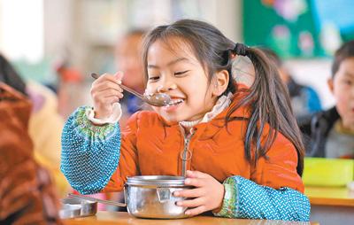 柳州投入1.4亿元惠及约18万学生村里娃吃上免费午餐