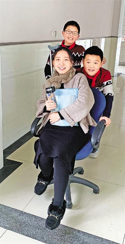 """老师用手机拍了段""""轮椅之旅""""让人看了心好暖"""