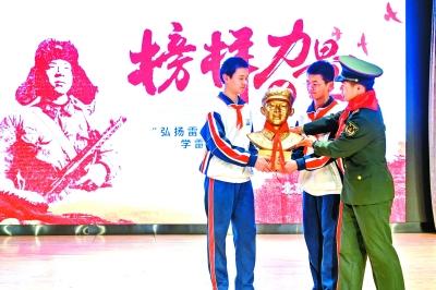 北京市多所学校开展学雷锋活动
