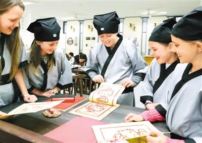 16名美国学生在江苏体验非遗 感受大中华的魅力所在