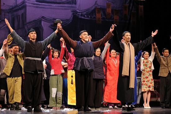 中学生演绎青春版《茶馆》话剧 向经典文化致敬