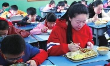 营养师参与制定武汉一小学请家长定期陪餐