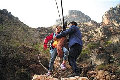 12名小学生攀山溜索上学 每天耗时近7小时图1