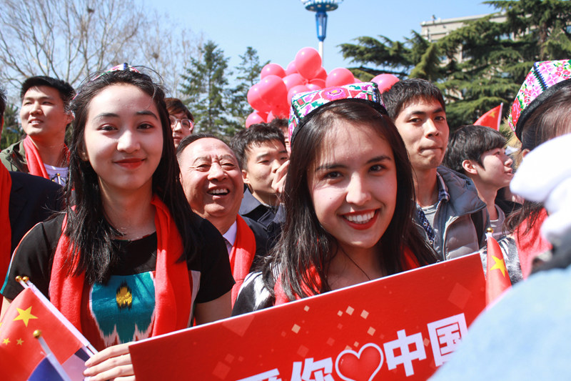 少数民族学生穿着民族服饰参加活动(平原/摄)
