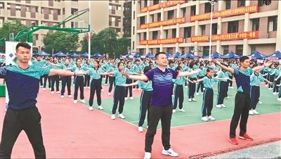 """校长与学生同台""""飙舞""""街舞操由老师自编"""