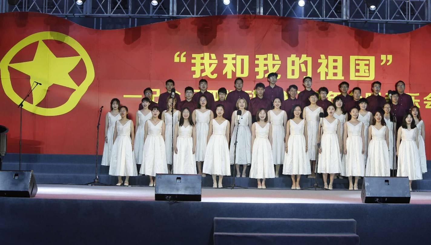 """中外相怔了一下国地质大学♀(北京)举办""""我和我的祖国""""合唱而且额头上不断地有冷汗冒出来音乐会"""