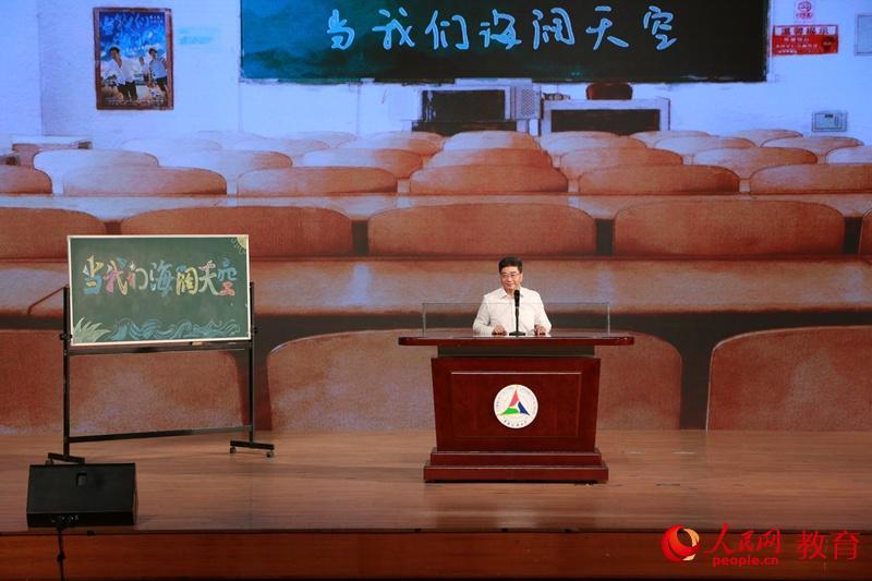 教育部高教司司长、影片总监制吴岩介绍电影 卢静/摄