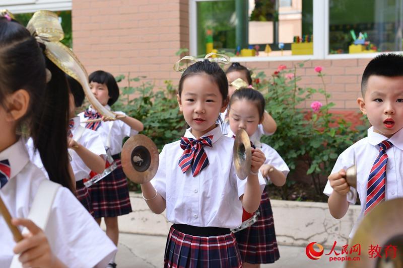 """六一国际儿童节来临之际,北京市第五幼儿园以""""童年的梦 未来的歌""""为主题,举行亲子嘉年华活动。熊旭 摄"""