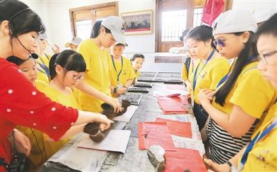 华裔青少年体验活字印刷