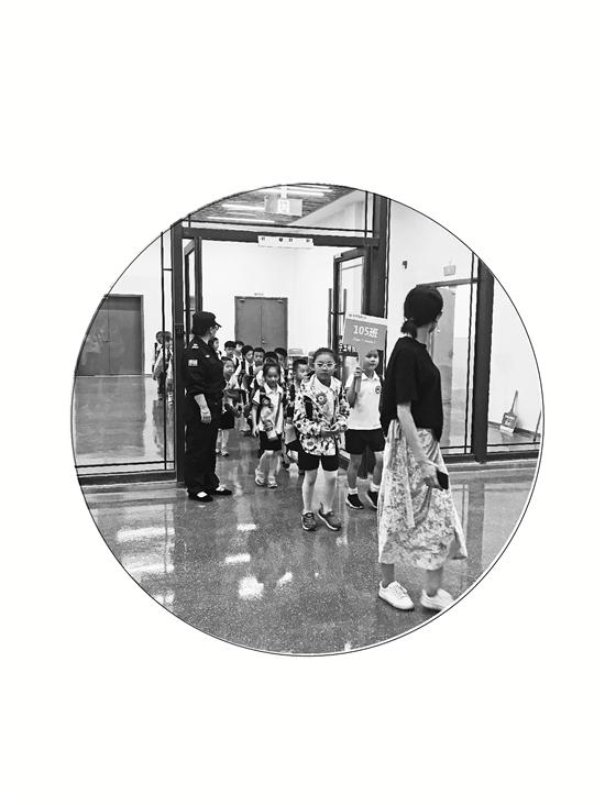 别人家的小学:杭州为家长设地下接送中心