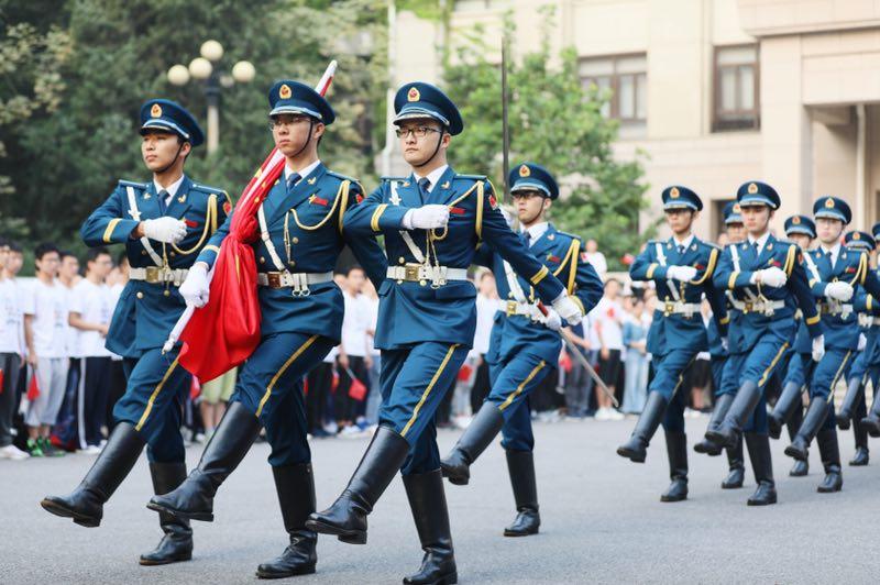 今天,北京航空航天大学在学院路校区举行升旗仪式,600余名师生代表参加。
