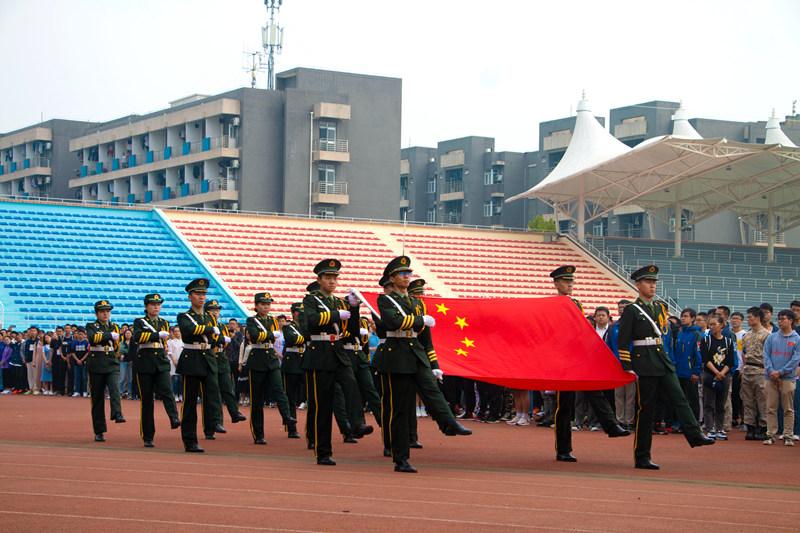 今天,西北工业大学升旗仪式庆祝国庆,千名师生自发参加。