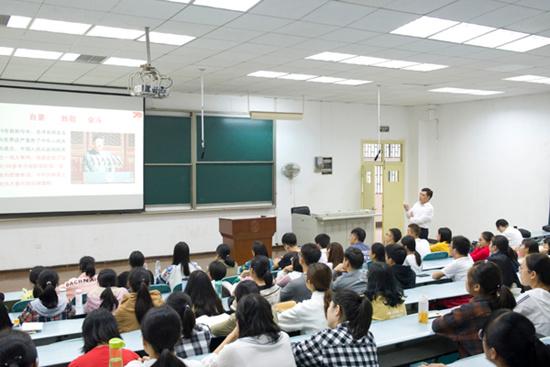 湖北经济学院:走进课堂为学生讲授思政课