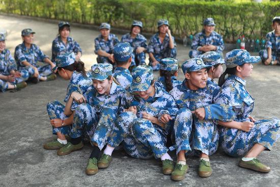 """上千""""卡户生""""赴深圳上大学:学费全免拎包入学"""