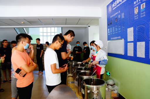 """北京物资学院学生食堂设立""""流动餐厅""""  学生们足不出""""宿""""便可吃到可口的饭菜"""