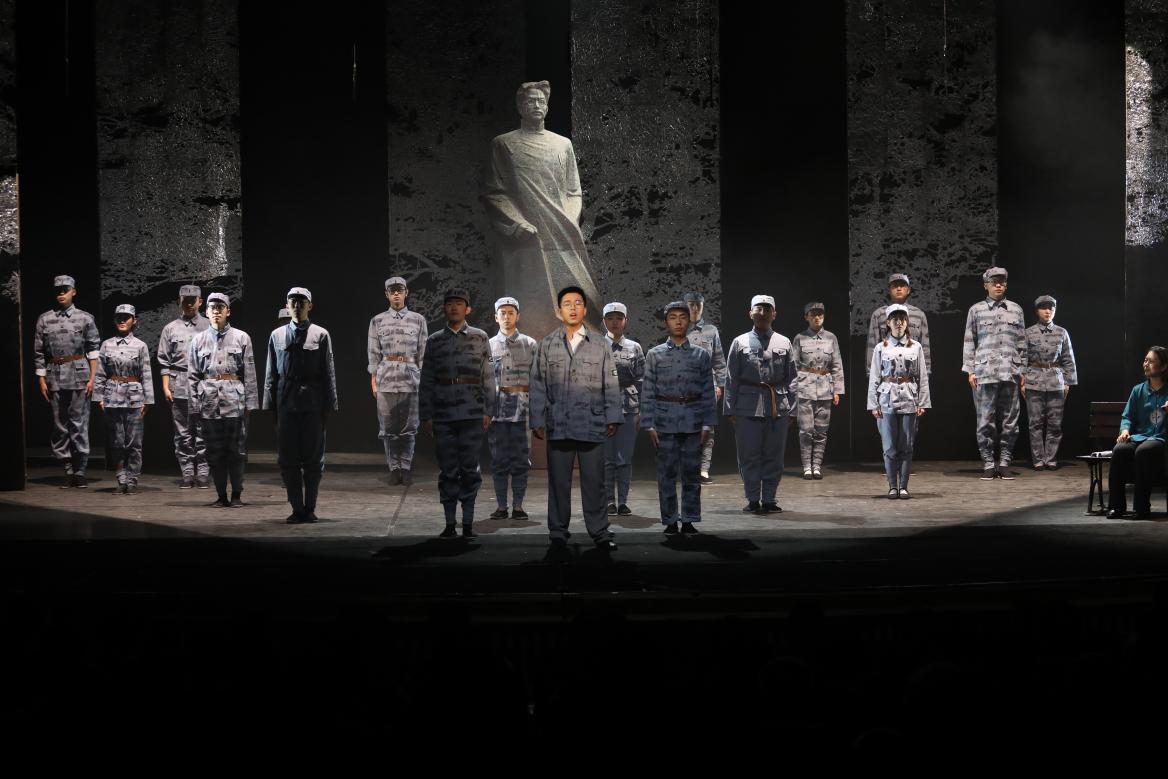 北京邮工学院学原创戏台剧《探求李白》首场演出悼念革新义士李白