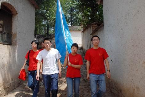 大学生来到老区山村参加社会实践
