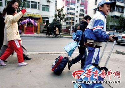小学生书包重达5公斤 拉着书包上学堂(图)